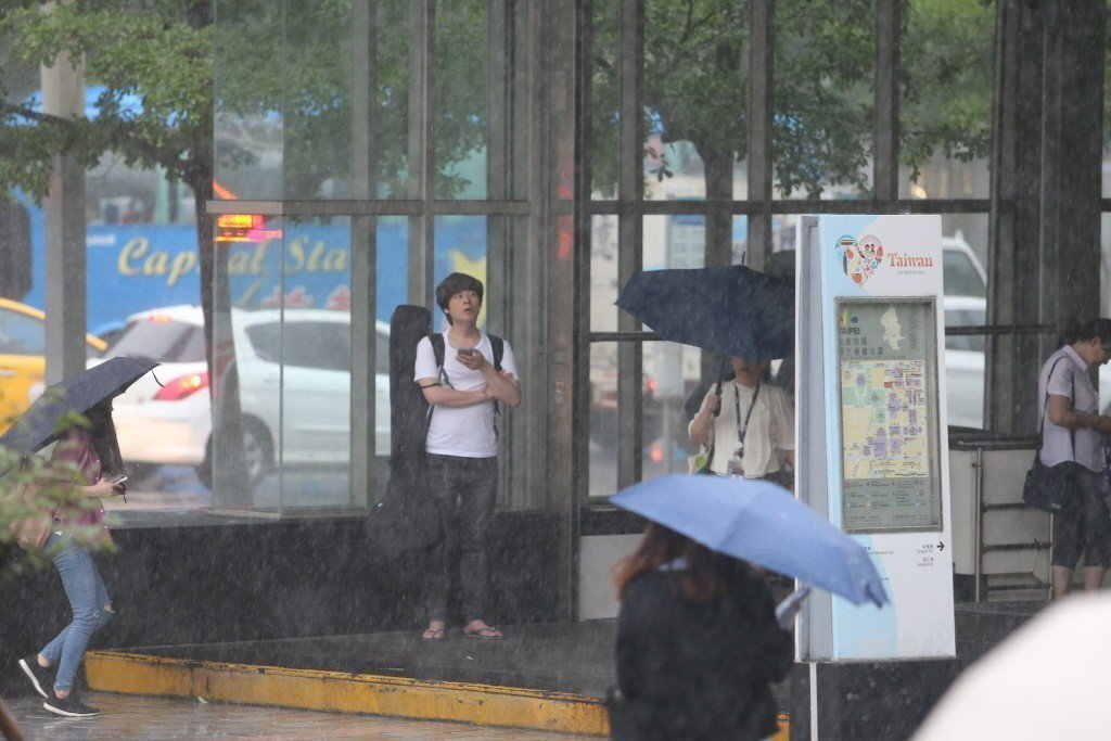 今天鋒面通過,易有短時強降雨,台灣各地區及澎湖、金門將有局部大雨發生的機率。 本...