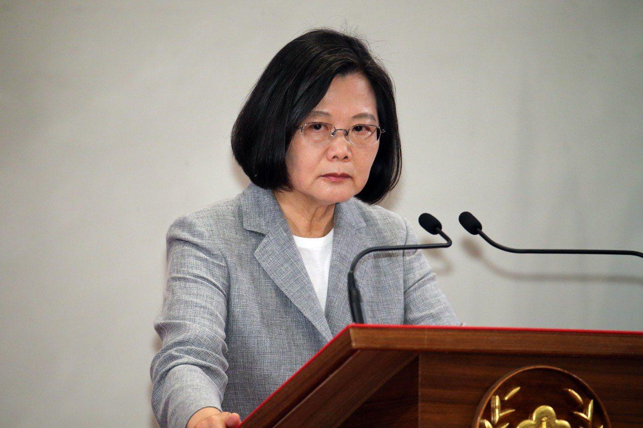 蔡英文總統(圖)在總統府內主持「三年有成 台灣進步關鍵字」記者會,隨後開放媒體記...
