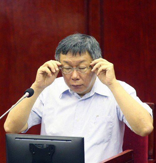 台北市長柯文哲(左)到議會專案報告。 記者蘇健忠/攝影
