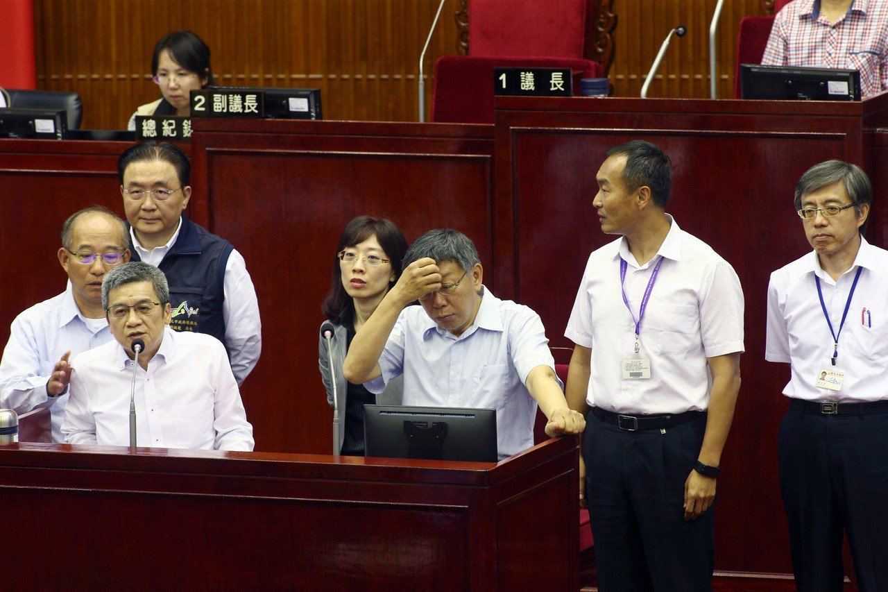 台北市長柯文哲(右三)上午到議會專案報告。記者蘇健忠/攝影