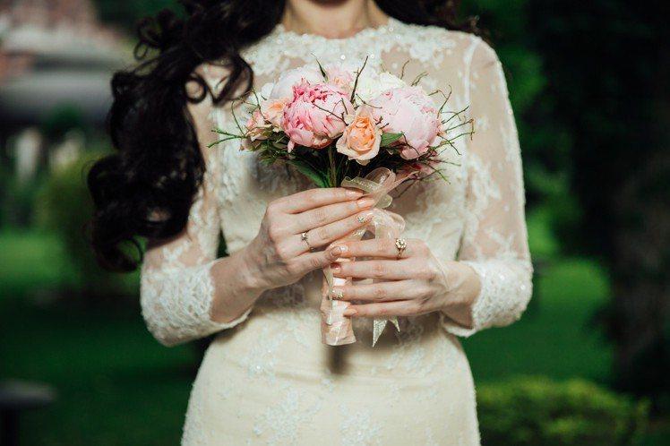要安撫女友生氣,送花就對了!圖/摘自Pelexs