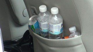 郭台銘的座車位置上放著幾瓶廉價的礦泉水,讓人不敢相信這是郭董喝的水品。記者蔡維斌...