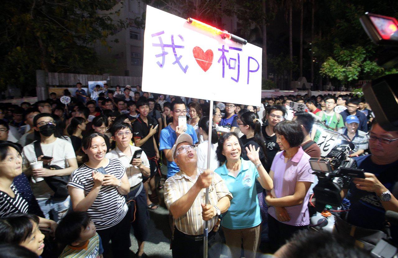 台北市長柯文哲日前到高雄跑行程,沿途民眾熱情相迎。圖/聯合報系資料照片