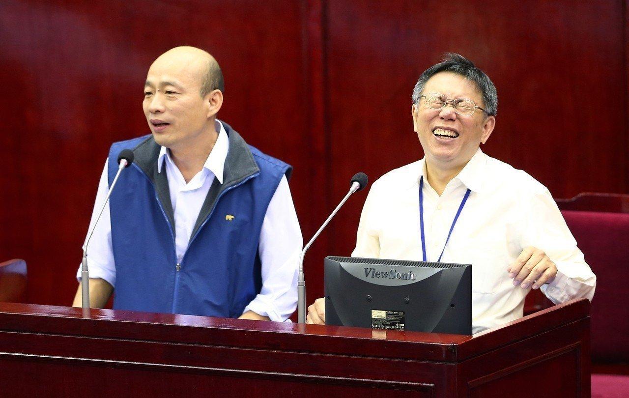 台北市長柯文哲(右)與曾任北農總經理的高雄市長韓國瑜在北市議會並肩備詢。圖/聯合...