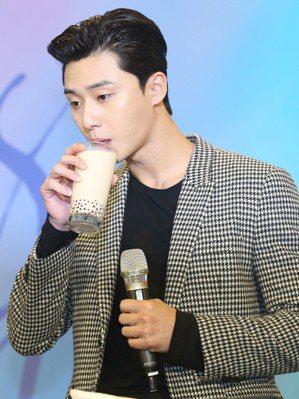韓星朴敘俊品嚐珍珠奶茶,非新聞當事人。記者徐兆玄/攝影