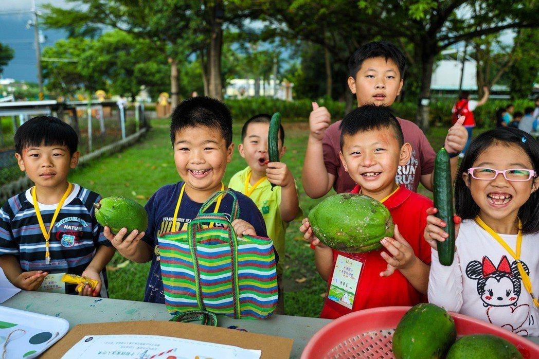 孩子們透過雙手認識、了解格外品,培養惜食、不「以貌取果」的觀念。 中壽/提供