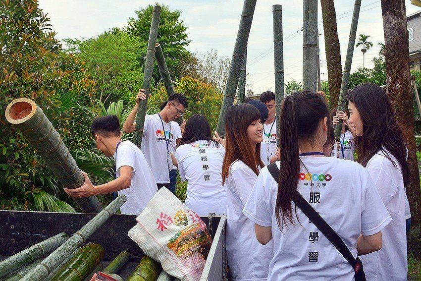 中原大學與高中生在新竹田寮社區體驗孟宗竹工藝,自己劈竹子、做水杯存錢筒。 中原大...