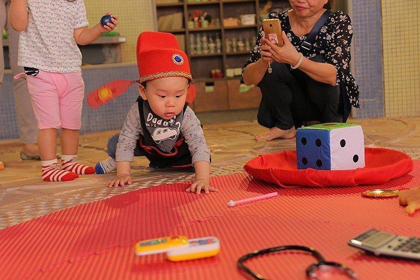 「小狀元遊戲區」讓小孩在全臺最大的陶板上抓周,也是最佳的拍照點之一。 陶博館/提...