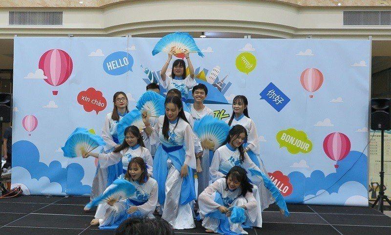 朝陽科技大學國際文化節開幕,國際學生大展身手表演。 蔣佳璘/攝影