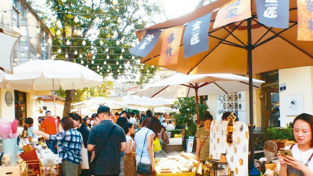 台中市審計新村是成功轉型的青年創業基地,假日吸引人潮,成為熱門旅遊打卡景點。 記...
