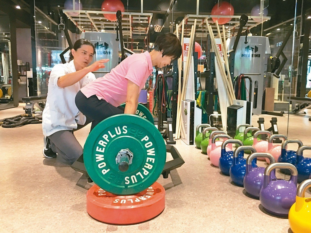肌肉強度不夠,易導致訓練受限;圖為物理治療師協助民眾加強核心肌群力量。 圖╱聯合...