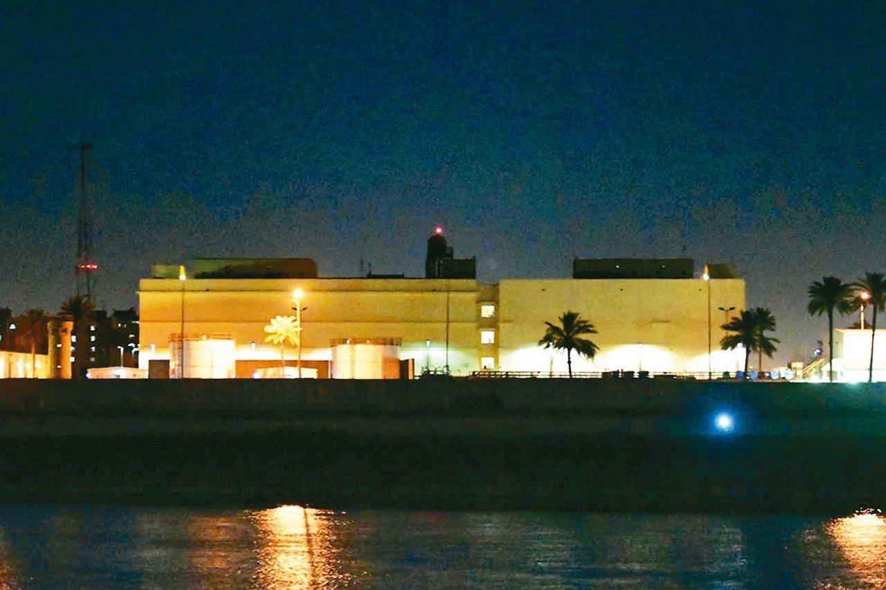 伊拉克首都巴格達「綠區」19日遭一枚火箭襲擊,火箭落在距美國大使館約一公里處。圖...