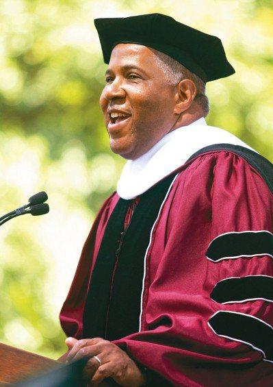 慈善家史密斯19日在摩豪斯學院畢業典禮發表演說,宣布為應屆畢業生清還學生貸款。 ...