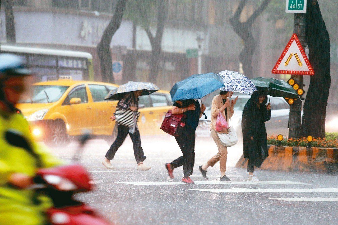 上午雙北強降雨,出門的民眾面對暴雨苦不堪言。 記者邱德祥/攝影