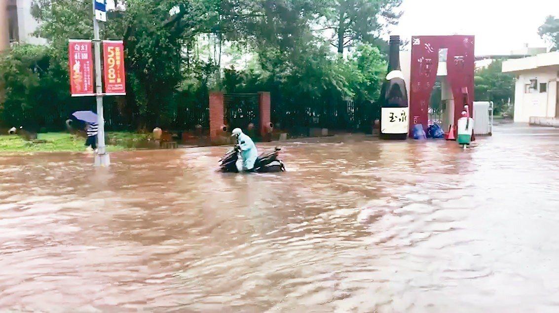暴雨來襲,桃園龜山林口酒廠外今天上午路面出現大量積水,水深達50公分。 記者許政...