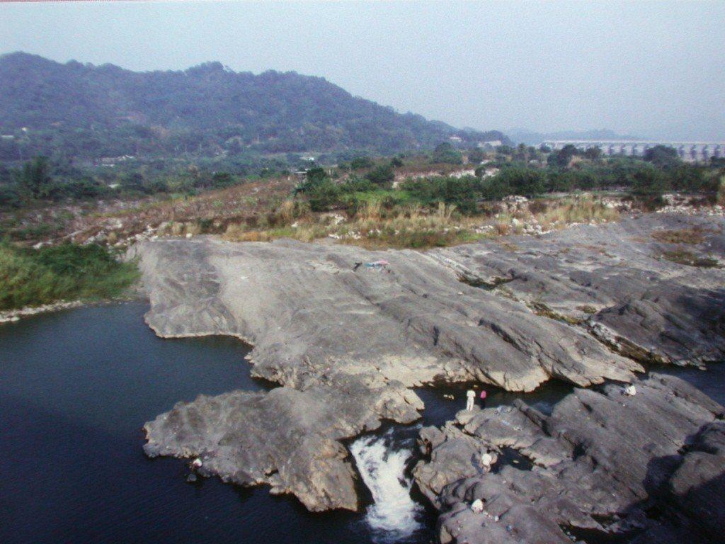台中縣石岡鄉埤豐橋下在震後隆起的河床,是 九二一地震的印記。 記者林上玉/攝影