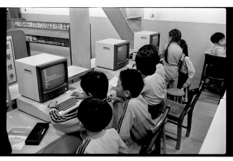 36年前台北市立敦化國小的小朋友,正在上「認識電腦」的課。這是國內小學首次在校推廣資訊教育。(圖/聯合報系新聞資料照)