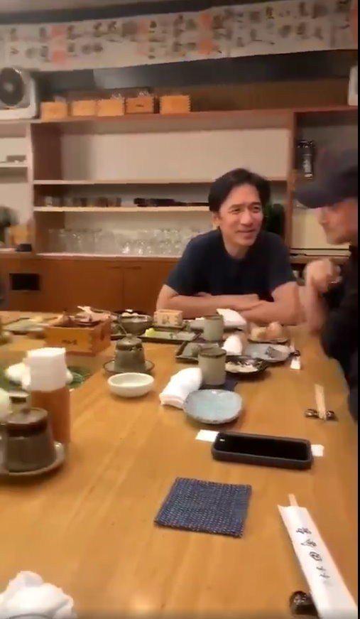 網友在日本東京巧遇梁朝偉與張學友。 圖/擷自微博
