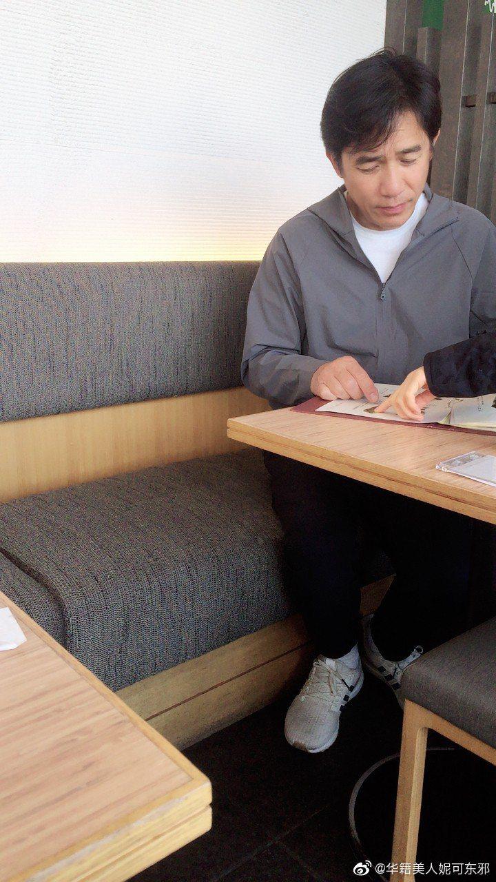 網友在日本東京巧遇梁朝偉。 圖/擷自微博