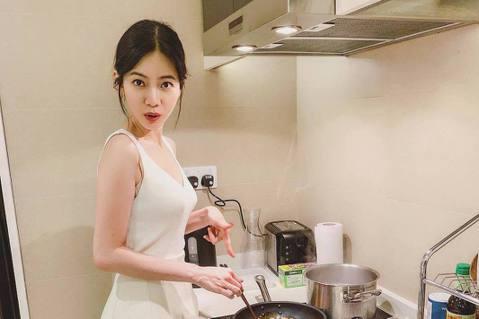 曾之喬常會在社群上分享自己生活點滴,像最近到新加坡拍戲,就會分享在當地的生活狀況,日前她還曝光一張在烤箱室的照片,雖然身上有披著大毛巾,但是她的好身材讓大家都覺得「好HOT」!曾之喬到新加坡拍戲,還...