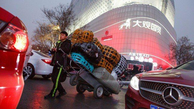 貿易戰固然將衝擊中國經濟,但中國面對經濟的三項慣性作為,對經濟的殺傷力更大。圖/...