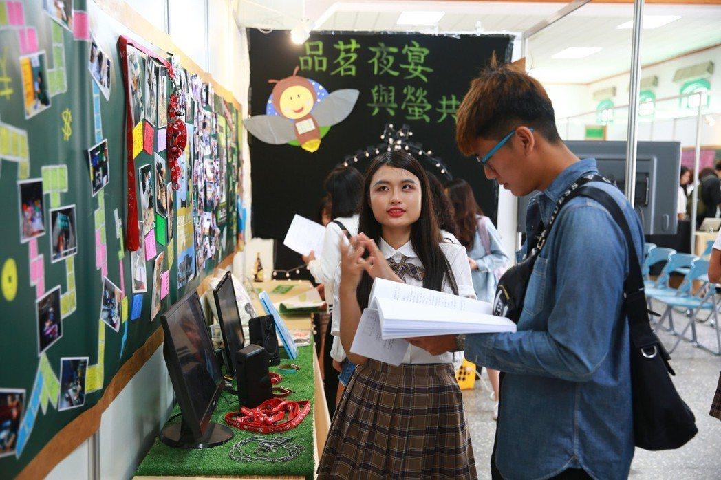 南華大學傳播學系以《拾光》為主題,展出學生們四年在校學習成果。 張傑/攝影