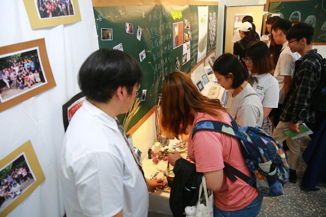 南華大學傳播學系畢業展,藉由學生時期最後一次作品展,揮別學生身分,邁向下個人生階...