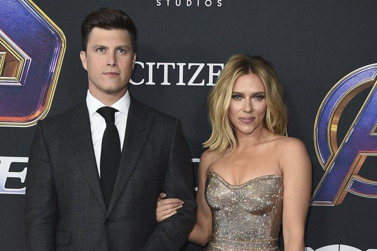 「黑寡婦」史嘉莉喬韓森(Scarlett Johansson)傳出與交往兩年的喜劇演員男友柯林佑斯特(Colin Jost)訂婚,而女方的公司代表也證實這項消息,不過目前婚期尚未確定。史嘉莉喬韓森之...
