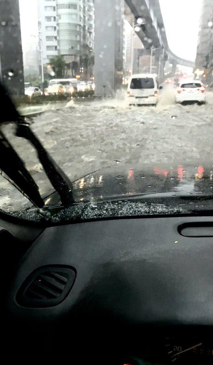 5月20日全台暴雨,上午淡水通往三芝的道路上,路面積水嚴重,一波波水花胸湧,就像...