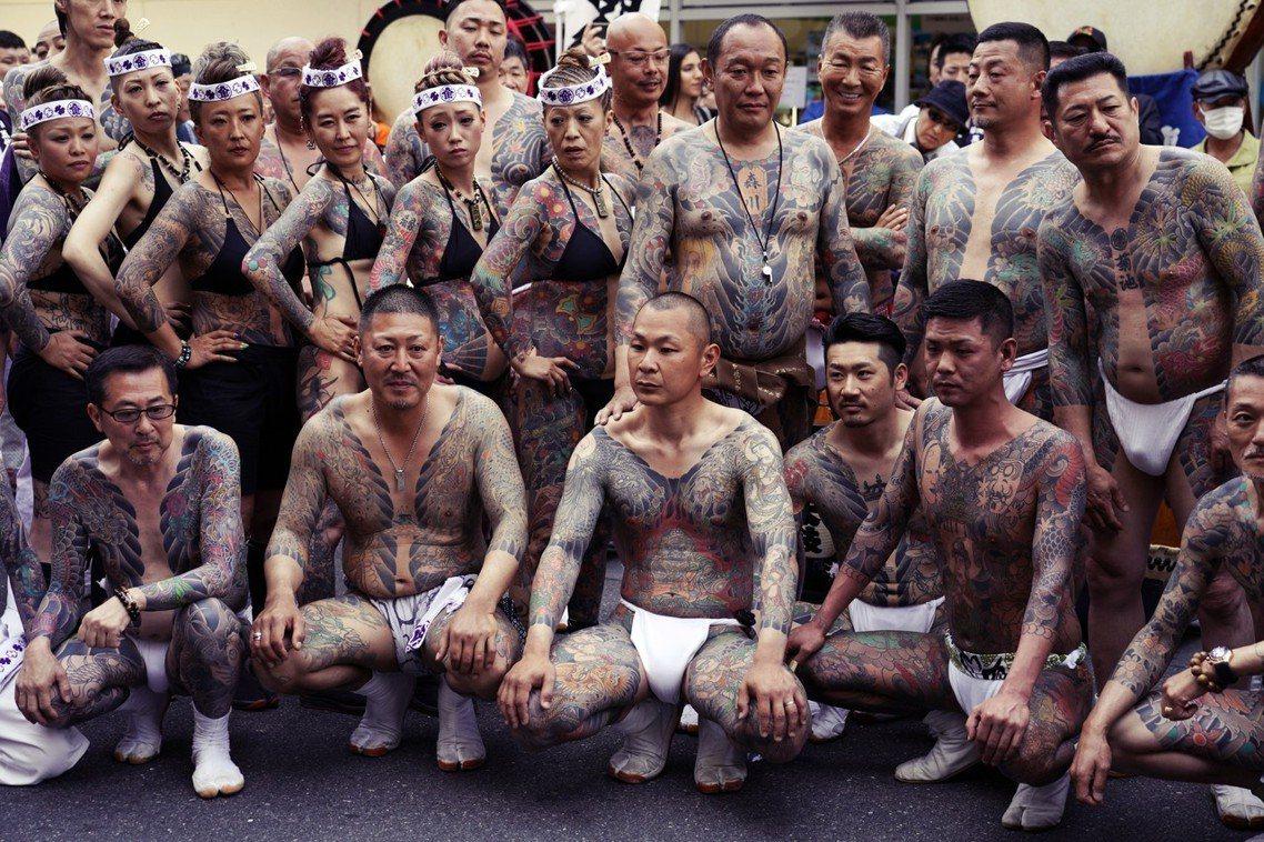 根據日本警視廳調查資料,與三社祭相關的地方團體與商會,有多達7成帶有暴力團的背景...