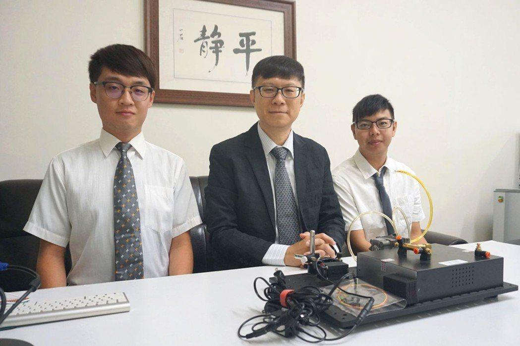 南臺科大教授邱裕中 (左二)與團隊成員開發光學式氣體感測器,可用於偵測PM2.5...