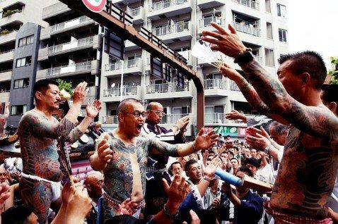 「這些刺青客是文化特色,但也是治安困擾...」日本東京淺草的「三社祭」,是名列江...