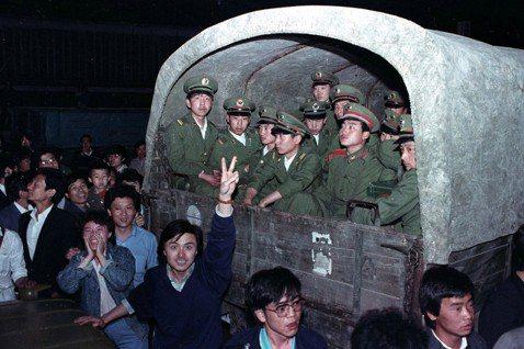 進城的部隊,被北京學生與市民們擋住。 圖/路透社