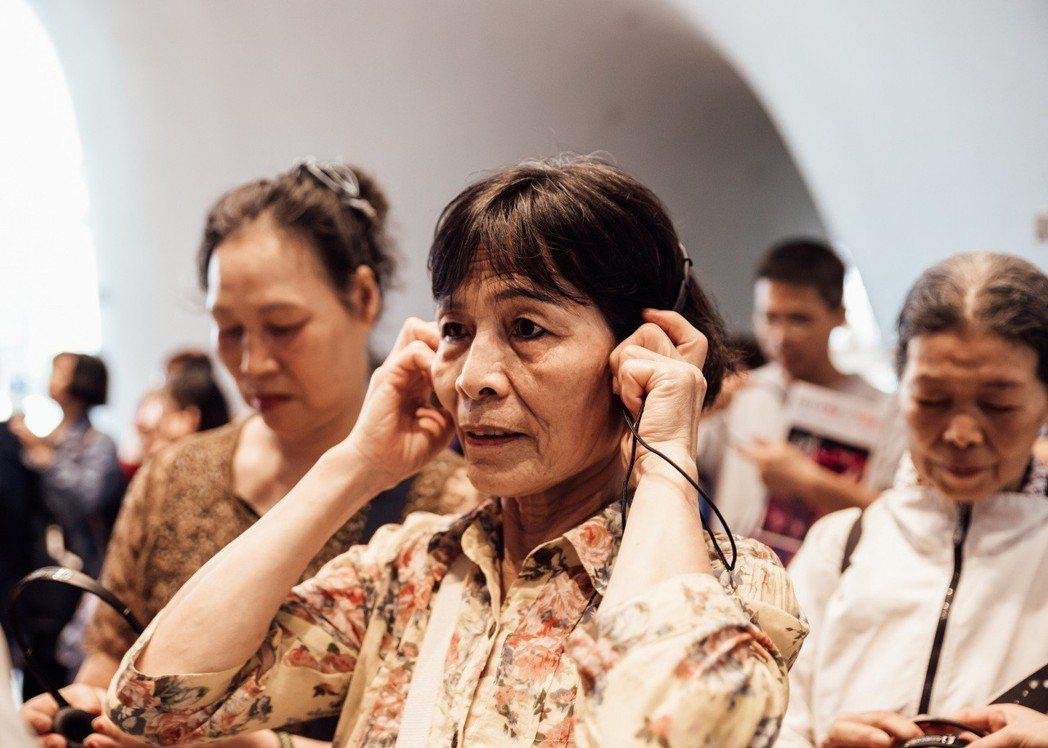 新竹湖口長輩專心聆聽歌劇院導覽。 信義房屋/提供