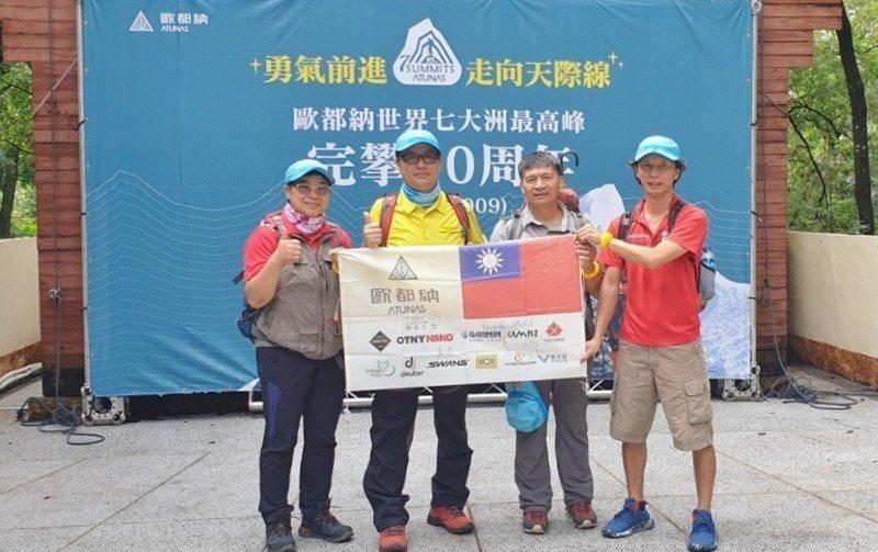 歐都納董事長程鯤(左二)邀請完攀七頂峰的三位登山家江秀真、伍玉龍、黃致豪,5月1...