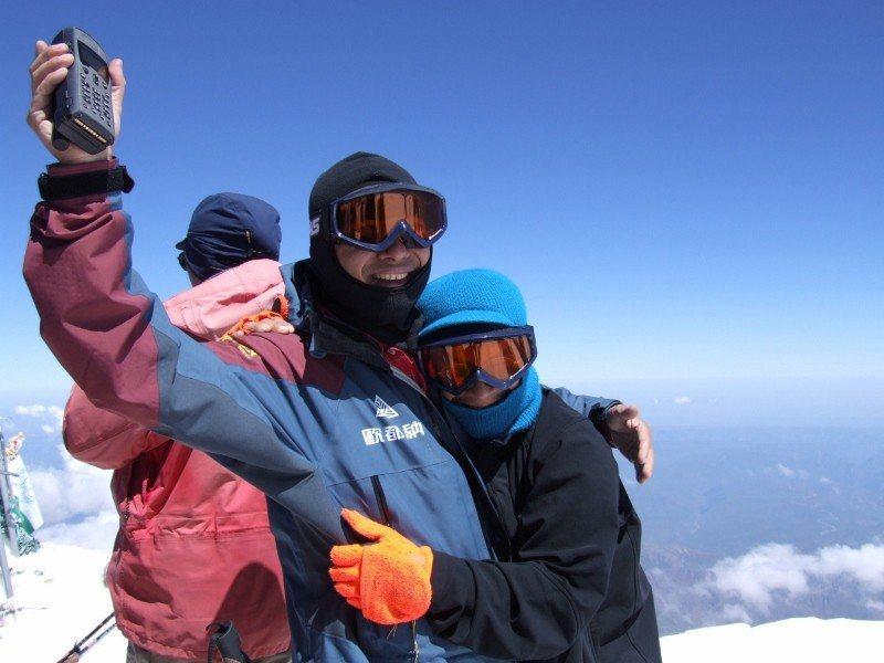2006年8月5日歐都納董事長程鯤隨隊登頂歐洲厄爾布魯斯峰。 歐都納/提供