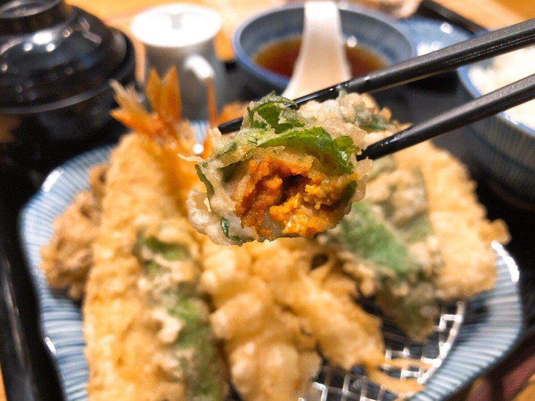 金子半之助海膽天婦羅御膳以紫蘇葉包裹4-5顆新鮮馬糞海膽,每口都能吃到海膽的甘甜...