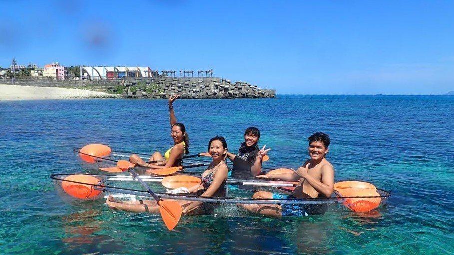 ▲小琉球透明獨木舟體驗。(圖/Tripbaa趣吧!亞洲自由行專家)