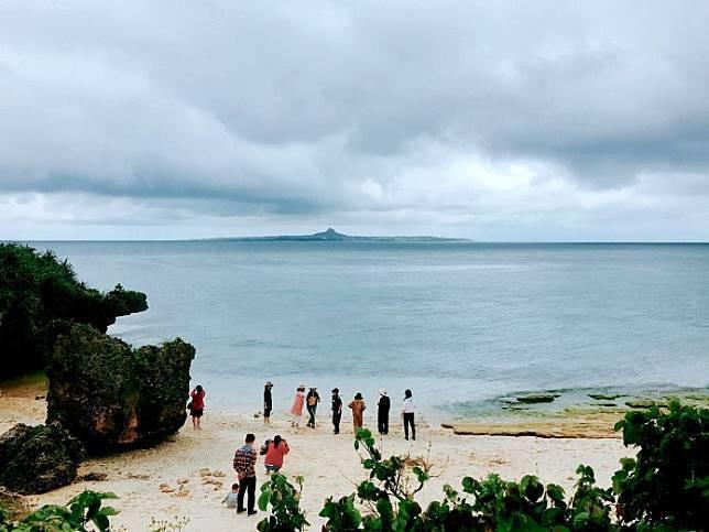 ▲沖繩北部景點推薦-美麗海水族館烏龜沙灘。(圖/Tripbaa趣吧!亞洲自由行專...
