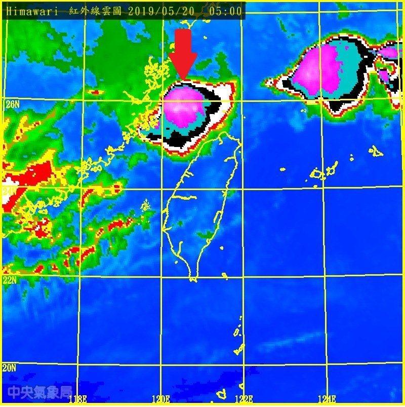 鄭明典表示,今天要提防的就是這種雲團。圖/取自鄭明典臉書