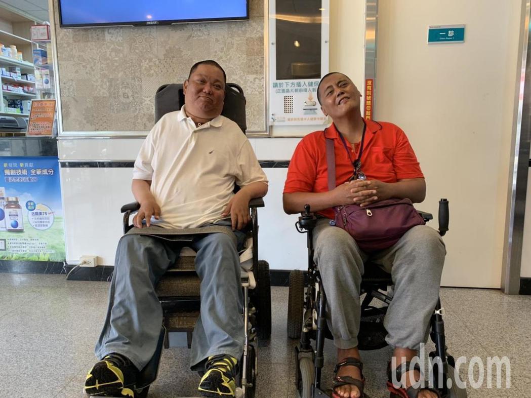 出席講座的傷友潘志豪(右)、邱進龍(左)分享自身從受傷、復健到回歸職場的經歷,鼓...