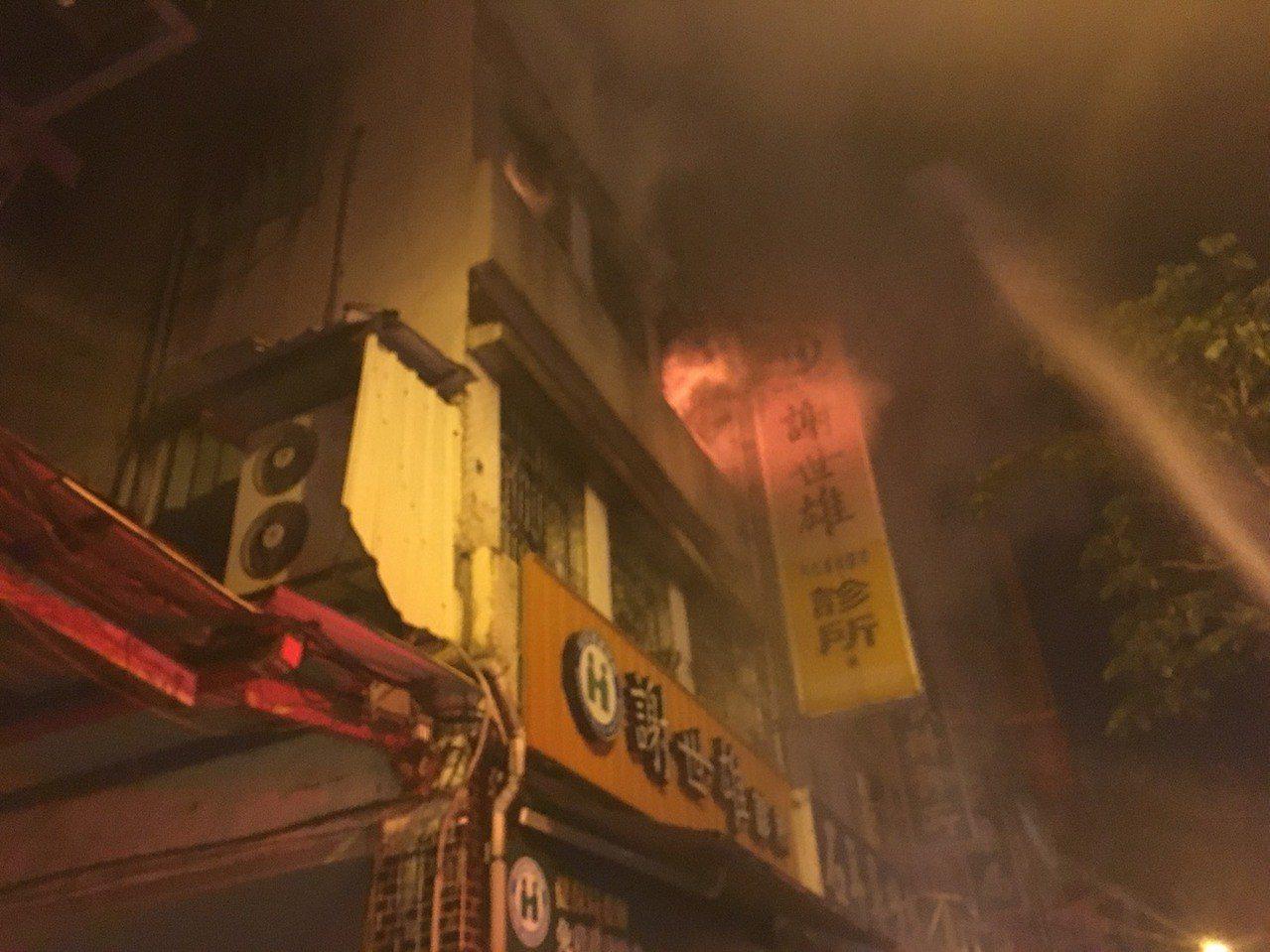 宜蘭縣羅東鎮倉前路的一間私人診所,凌晨突然從2樓竄出火舌燃燒燒到3樓,嚇壞附近住...