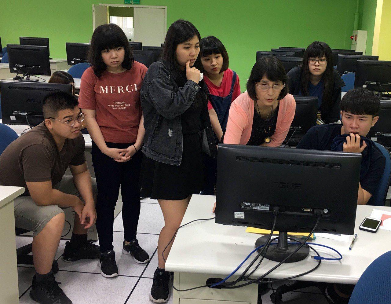 AI人工智慧快速蓬勃發展,龍華科技大學近年來積極運用AI、物聯網及雲端科技輔助教...
