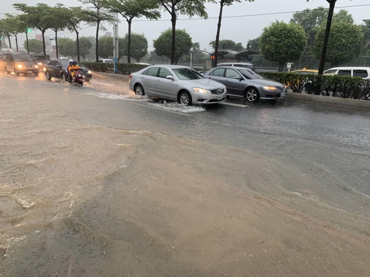 淡水地區不少路段積水嚴重,警方已加強管制疏導交通。記者林昭彰/翻攝