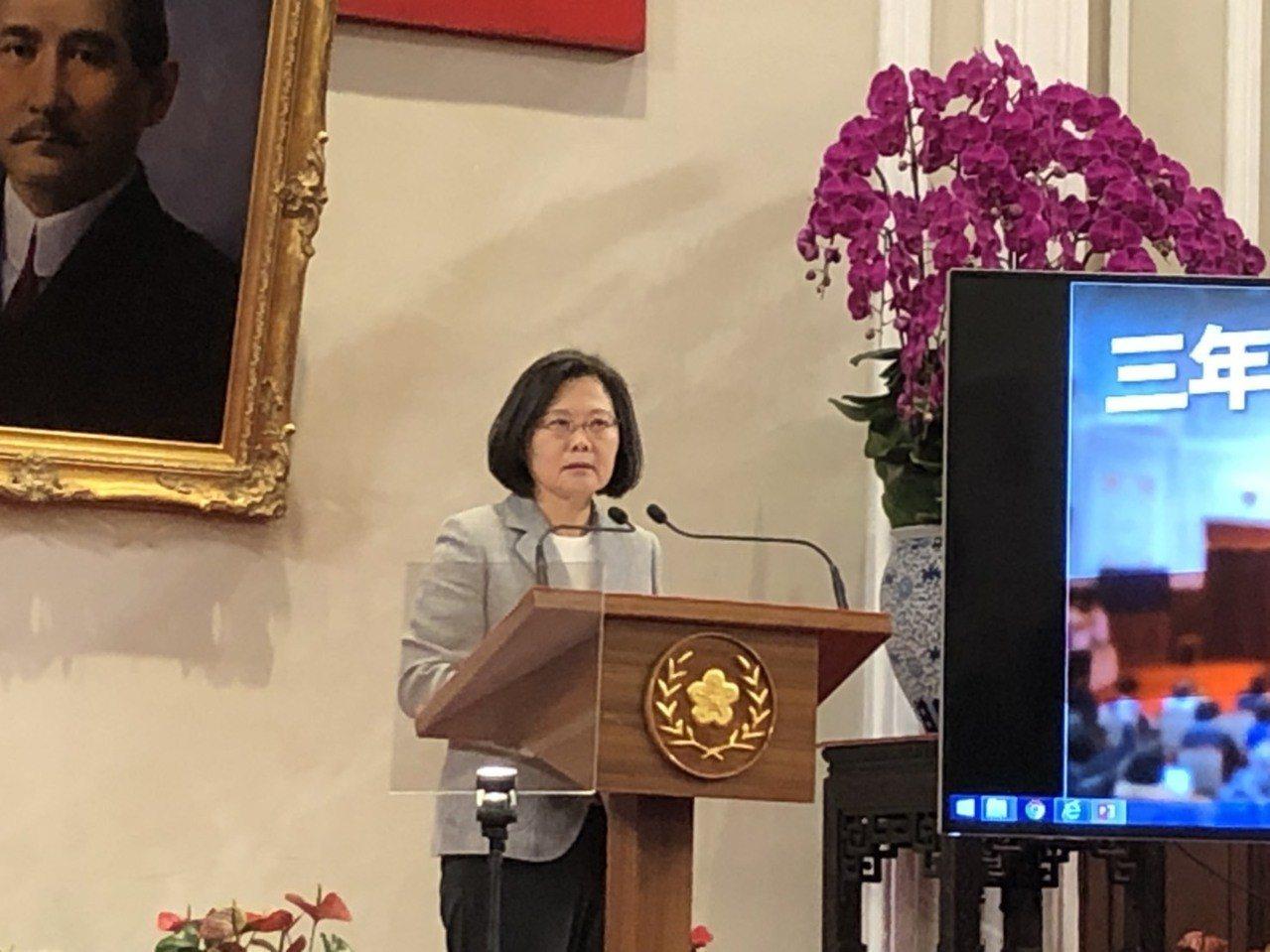 蔡英文總統今天表示,今年是台灣投資大爆發的一年,預期經濟成長2%,比其他四小龍的...