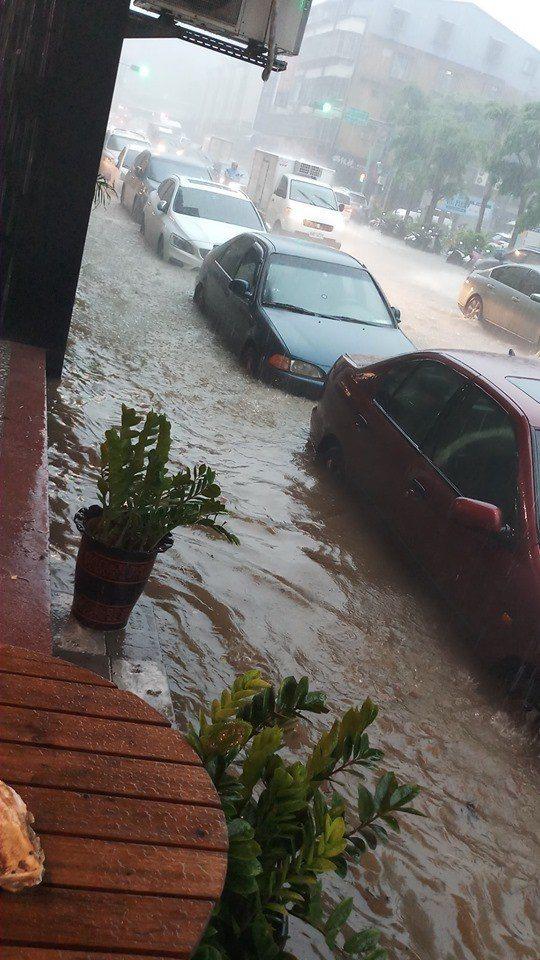 中央氣象局今早針對雙北發布大雷雨即時訊息,北市士林區、北投區被列入示警區域,多處...