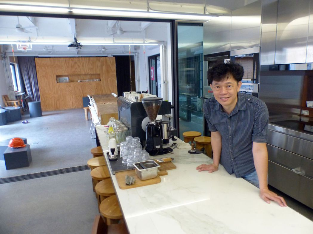 建築師賴人碩說,會選擇老屋改造成繼光工務所,是想重溫大學時代同學、學長在系辦內一...