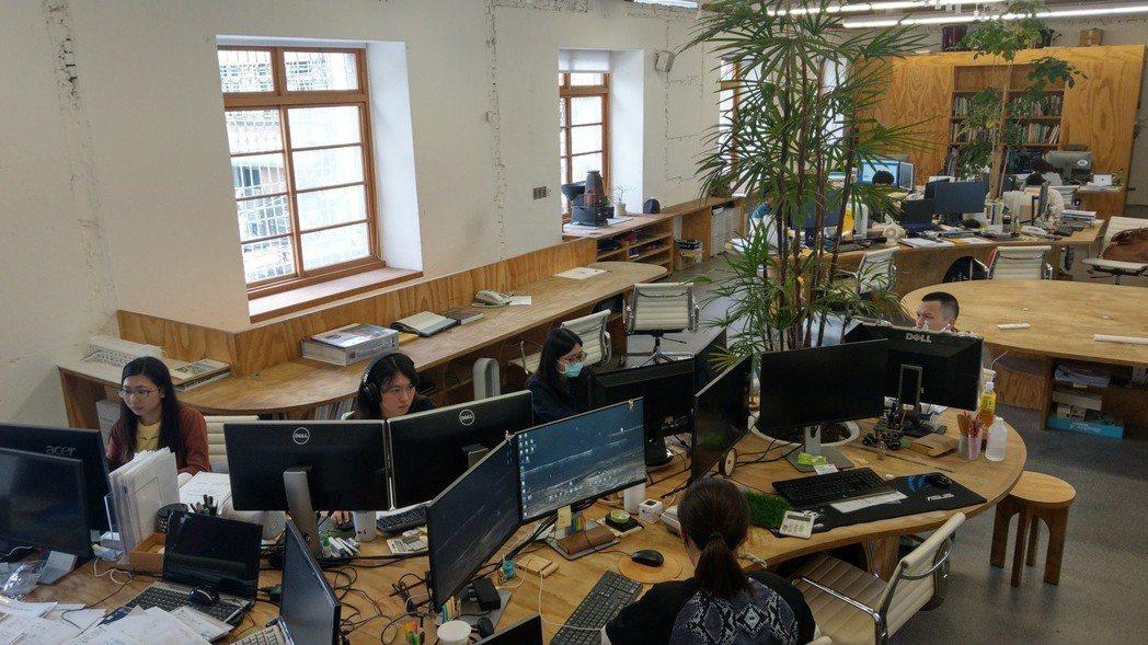 台中市中區巷弄內繼光工務所的二樓,有九個事務所、卅個座位在同一辦公空間上班。記者...