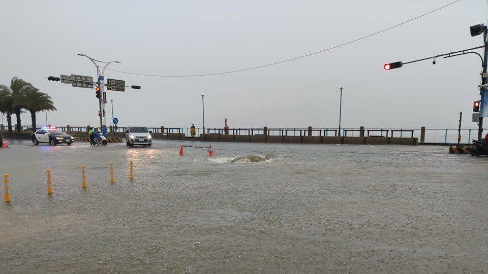 北海岸今天清晨起降下豪雨,臉書社團「細說淡水」上陸續有網友貼出淡水各種積淹水狀況...