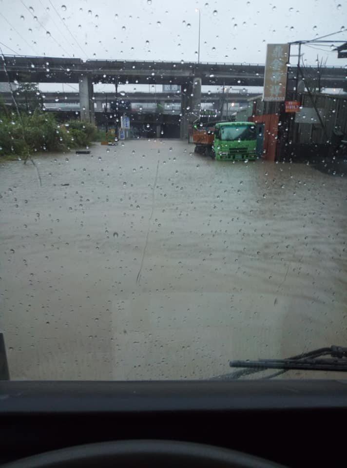 有民眾拍下新北五股地區淹水的情況。圖/陳星洲網友提供